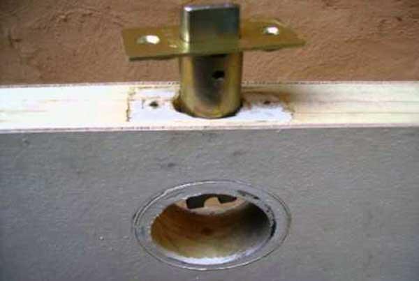 abrir puerta atascada pestillo