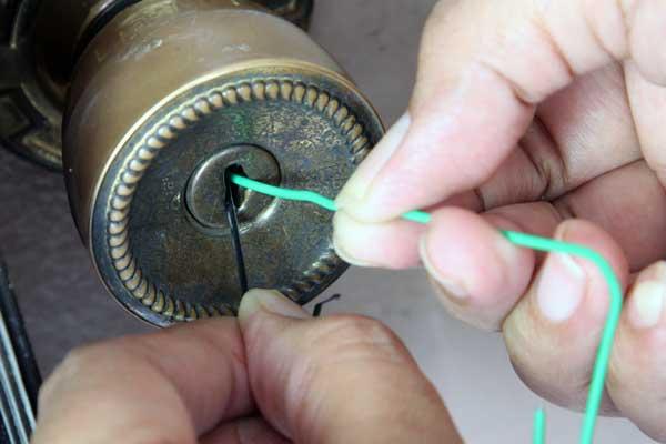 como abrir un candado pequeño sin llave y sin romperlo