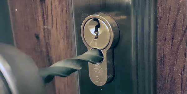 como abrir una puerta con un taladro