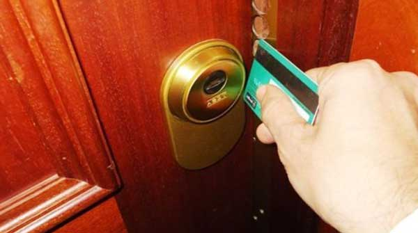 como abrir una puerta atascada con una tarjeta