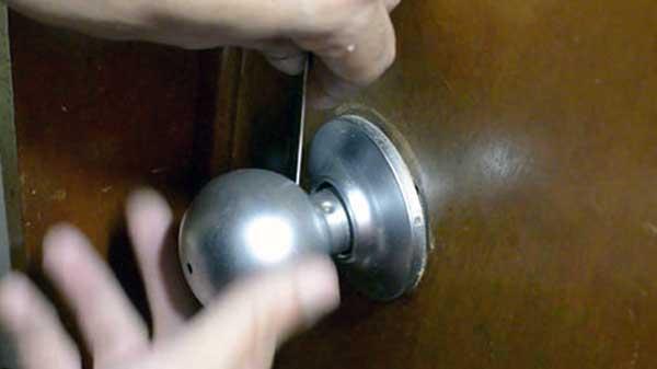 como abrir una puerta cerrada con llave dentro