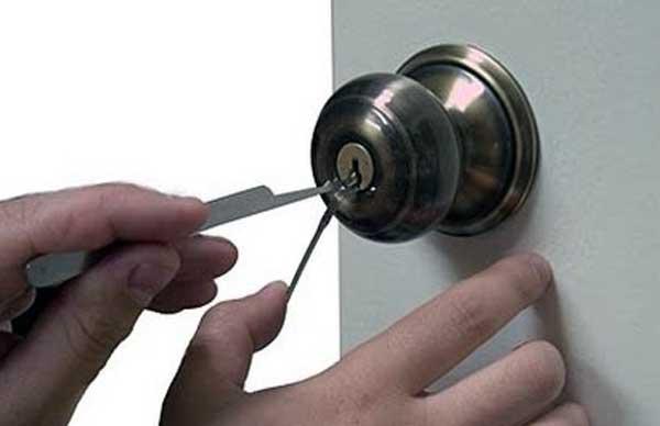 como abrir una puerta cerrada con seguro sin llave