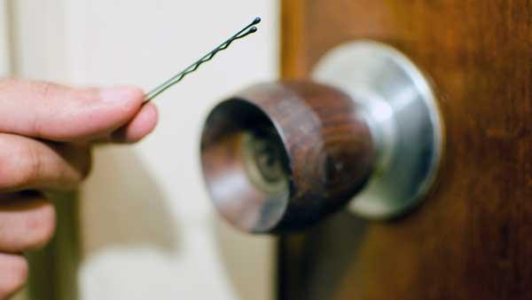 como abrir una puerta cerrada por dentro con seguro