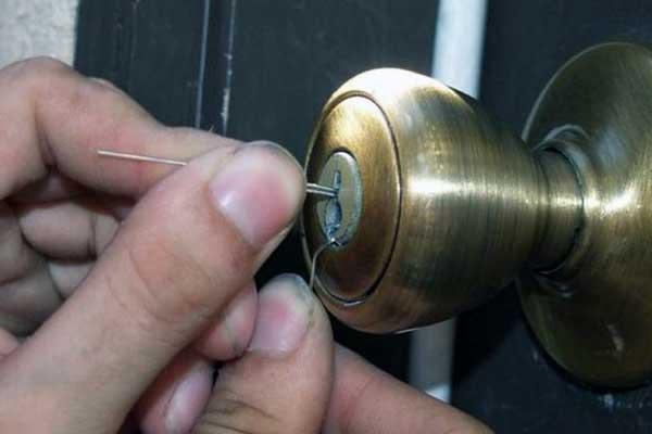 como abrir una puerta cerrada sin llave