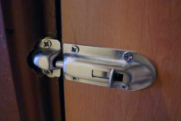 como abrir una puerta con la llave dentro