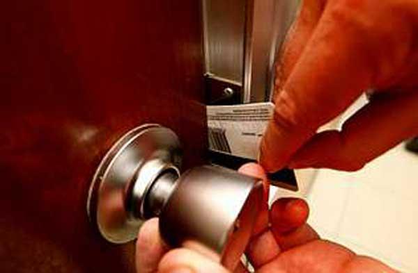 como abrir una puerta con una tarjeta