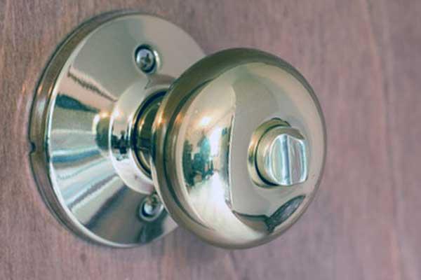 como abrir una puerta de ropero sin llave