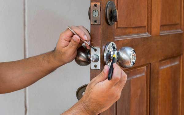 como abrir una puerta sin llave