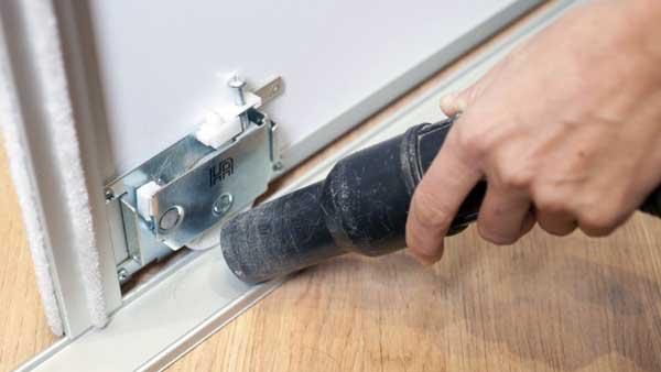 como abrir una puerta trabada sin llave