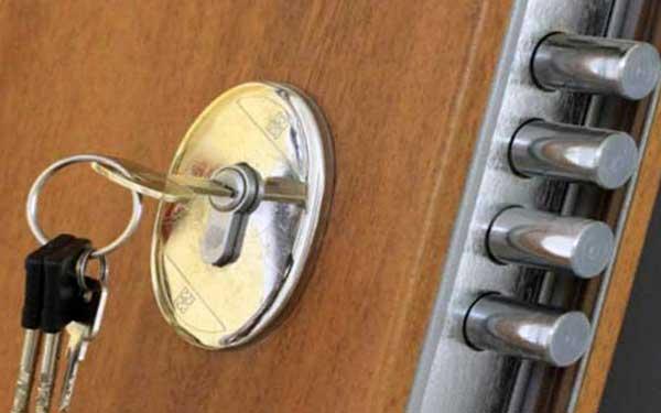 como abrir una puerta trabada
