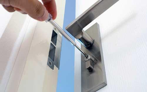 como abrir puerta con maneta rota