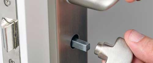 como abrir una puerta sin manilla