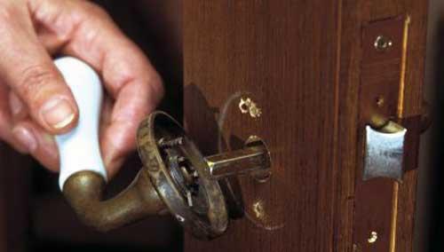 como abrir una puerta sin pomo