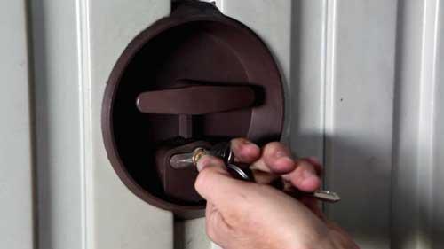cambiar cerradura puerta garaje