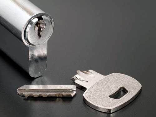llave partida dentro de la cerradura